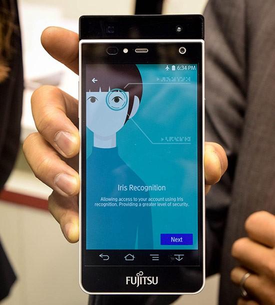 MWC 2015: il prototipo di smartphone Fujitsu con sistema per la scansione dell'iride