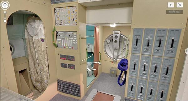 Gli interni del veicolo spaziale MIR nel Museum of Cosmonautics di Mosca