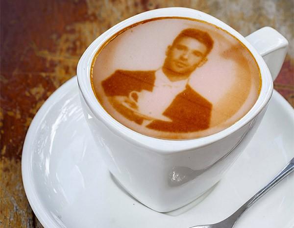 Uno dei disegni personalizzati sulla schiuma del caffè, realizzati con Ripples