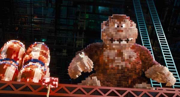 """Il celebre gioco sviluppato dalla Nintendo nel 1981 viene rappresentato così nel film """"Pixels"""": l'unità di misura di quella grafica primitiva viene rispettata anche nella versione a tre dimensioni. La scelta stilistica vale anche per tutti gli altri arcade citati: da Pac-man a Space Invaders."""