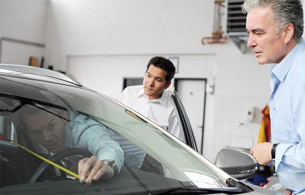 Mirko Girschewski di Sony misura la distanza tra la cassa frontale e la posizione della testa del conducente