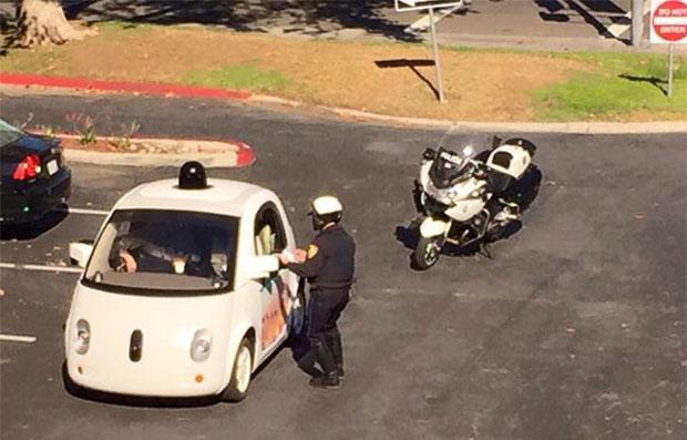 La self-driving car di Google fermata da un agente di polizia a Mountan View perché troppo lenta