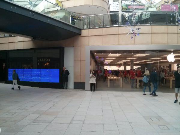 BSOD accanto ad un Apple Store