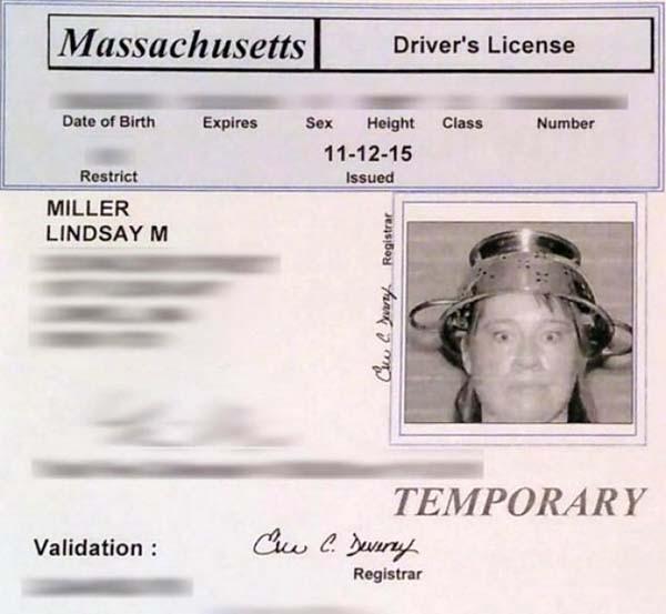 La licenza di guida di Lindsay Miller, prima cittadina americana ad aver ottenuto il permesso da parte della motorizzazione di farsi fotografare con uno scolapasta in testa. In quanto copricapo del pastafarianesimo, ha vinto la sua battaglia per vedersi riconosciuto questo diritto.