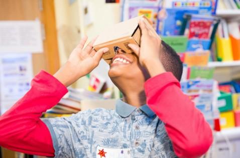 Alcuni dei musei e delle opere ospitati dal Google Cultural Institute possono essere osservati anche con visori per la realtà virtuale come Cardboard