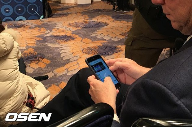 Eric Schmidt in Sud Corea con il suo iPhone