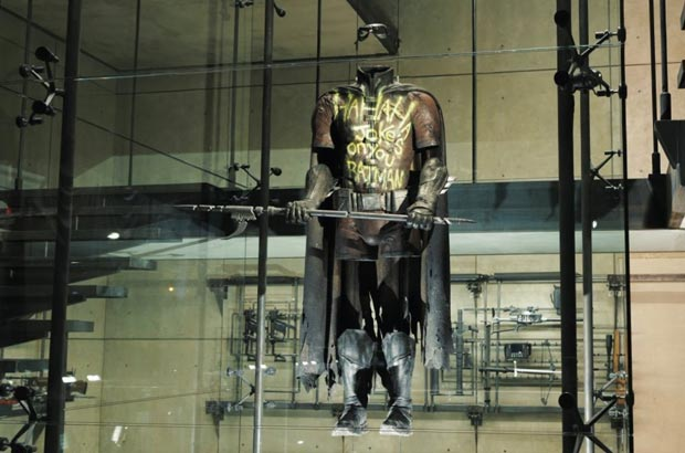 Il costume di Batman nella caverna del supereroe