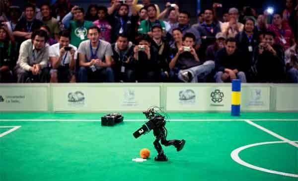 """Una partita di calcetto simulata con dei piccoli robot, con tecnologia realizzata dai """"campuseros"""" in un scorsa edizione."""