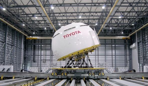 Un simulatore di guida allestito da Toyota in una location vicina al Monte Fuji