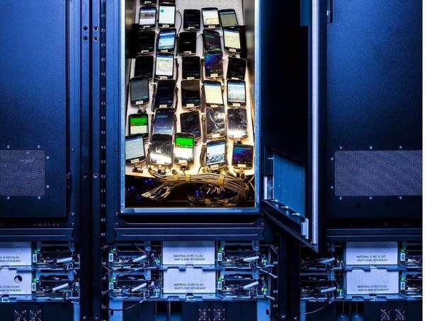 Facebook, i rack per i test sugli smartphone