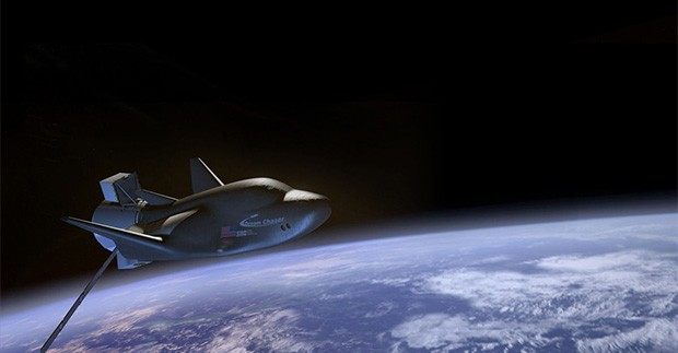 Un'illustrazione mostra il veicolo spaziale Dream Chaser della Sierra Nevada Corporation in orbita intorno alla Terra