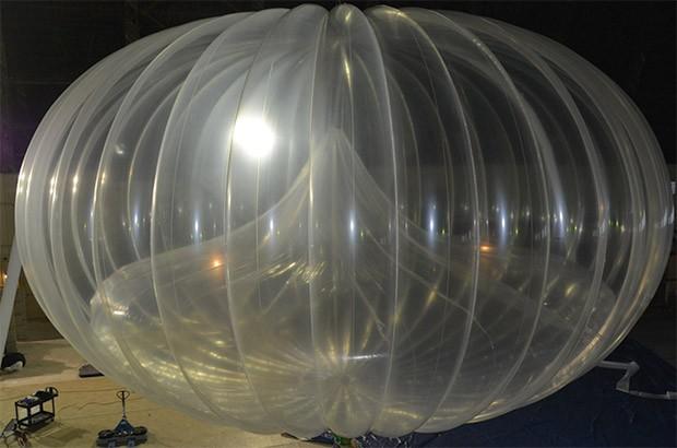 """Uno dei palloni aerostatici di Project Loon (all'interno è possibile vedere il """"baloonet"""" utilizzato per l'ascesa e la discesa)"""