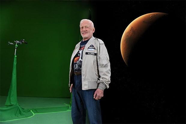 L'astronauta Buzz Aldrin durante la realizzazione di uno dei contenuti per il progetto