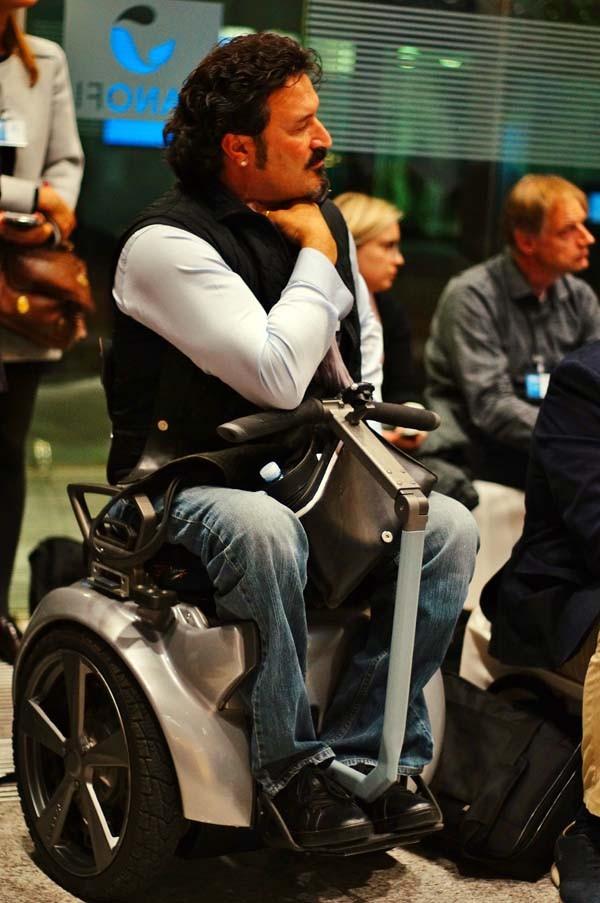 Paolo Badano ha realizzato una sedie a due ruote che si muove con il semplice spostamento dell'asse dell'equilibrio del corpo e con un piccolo manubrio.