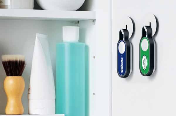 Il tipico uso del Dash Button: si attaccano vicino ai prodotti che si usano molto, tutti i giorni, e quando ci si rende conto che stanno per finire, si preme il pulsante. L'ordine poi viene confermato sullo smartphone e il prodotto arriva a casa.
