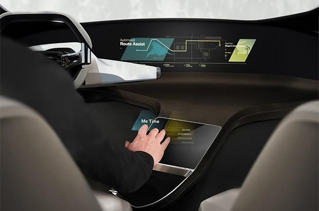 Il sistema BMW HoloActive Touch basato sugli ologrammi per interagire con le funzionalità di infotainment