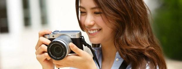 La fotocamera mirrorless Fujifilm X-A10, con sensore da 16,3 megapixel in formato APS-C