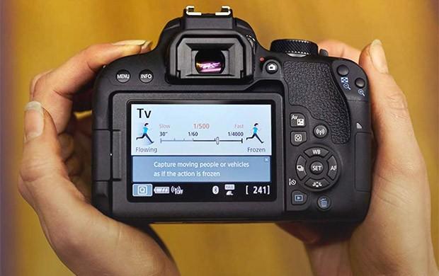 Il layout dei comandi sul retro della reflex Canon EOS 800D