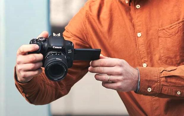 Il design della nuova fotocamera reflex Canon EOS 800D, con display estraibile e inclinabile, per scattare da qualsiasi angolazione