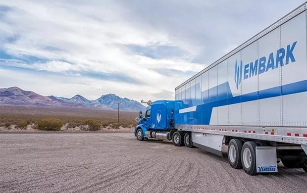 I mezzi pesanti equipaggiati con la tecnologia sviluppata da Embark sono in grado di guidare in maniera autonoma
