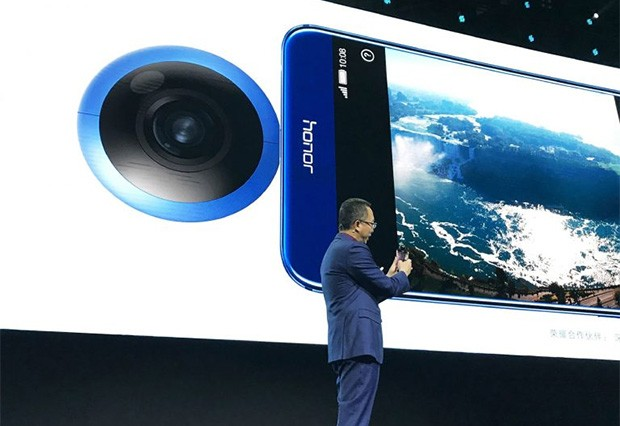 Ming Zhao, presidente di Honor Huawei Business Unit, con la nuova videocamera a 360 gradi Honor VR