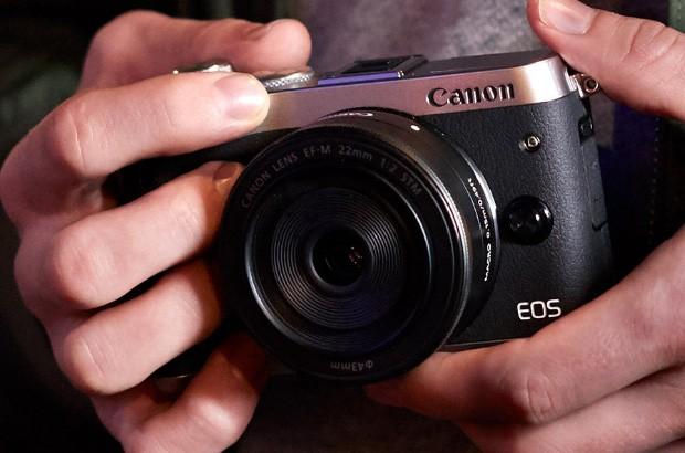 Il design della fotocamera mirrorless Canon EOS M6