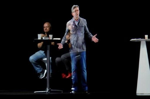 L'ologramma del candidato francese Jean-Luc Melenchon sul palco di un evento a Parigi