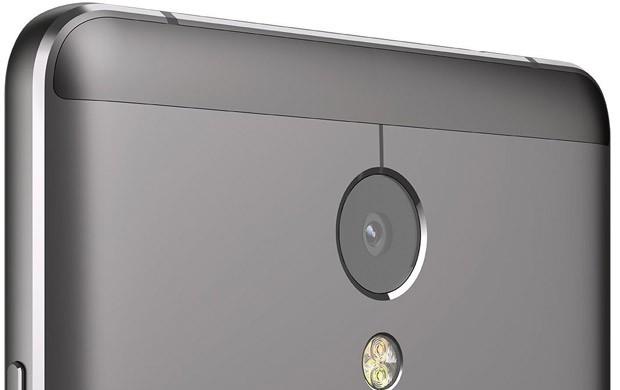 La fotocamera posteriore di Lenovo P2, con dual flash LED