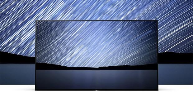 Il design One Slate del televisore Sony Bravia OLED A1 concentra l'attenzione dello spettatore sull'immagine, eliminando dalla vista gli altoparlanti e il piedistallo