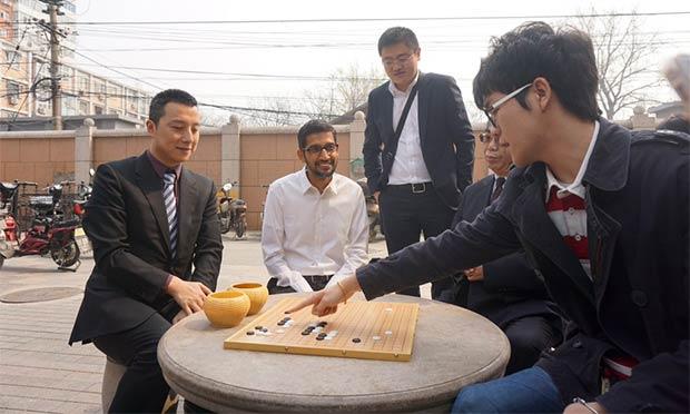 Sundar Pichai con Ke Jie, il più forte giocatore di Go al mondo
