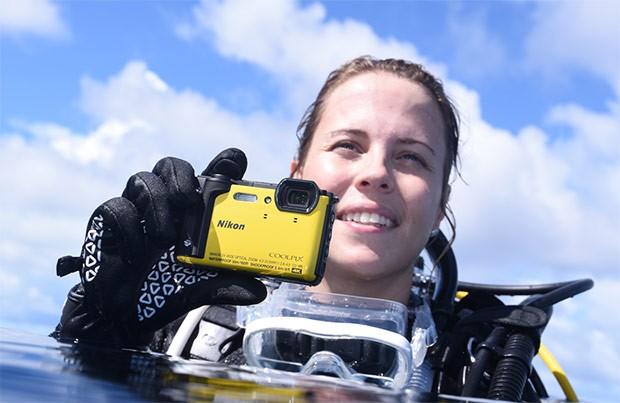 Nikon Coolpix W300 è una fotocamera compatta in grado di resistere in acqua fino a 30 metri di profondità