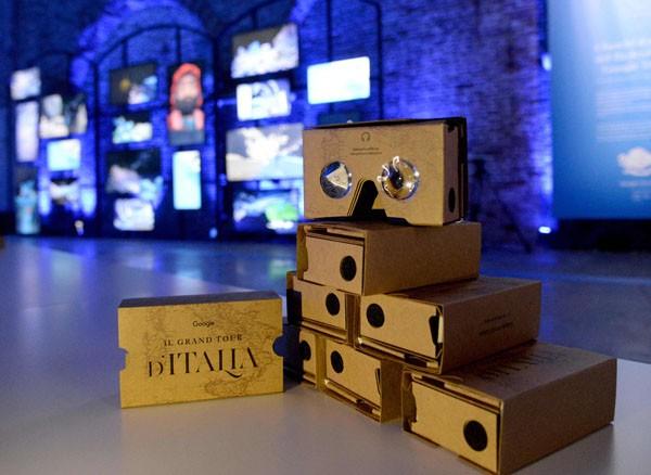Uno dei protagonisti del Google Grand Tour presso l'arsenale di Venezia è stata la versione brandizzata del cardboard, presentata dentro una scatola a forma di libro antico, ispirato ai viaggi di Goethe. (©Andrea Pattaro/Vision)