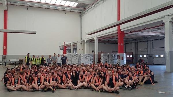 A un anno e mezzo dalla sua inaugurazione, il primo magazzino satellite di Zalando, in Italia a Stradella (PV), ha spedito più di due milioni di pacchi, con una soddisfazione molto alta dei clienti. Il magazzino italiano di Zalando lavora su due turni, il 70% della forza lavoro è composto da donne, l'età media è di 24 anni. Il magazzino è gestito da Fiege, una società di logistica che ha più di diecimila dipendenti e copre 2,7 milioni di mq di spazi. Anche in quello di Stradella, gestito per conto di Zalando, sono stati applicati standard alti, purtroppo non sempre garantiti nella galassia della logistica: turni pianificati settimanalmente, contratti a salario nazionale, rotazione dei compiti, formazione, locali sempre riscaldati e puliti nelle zone di lavoro e di pausa.