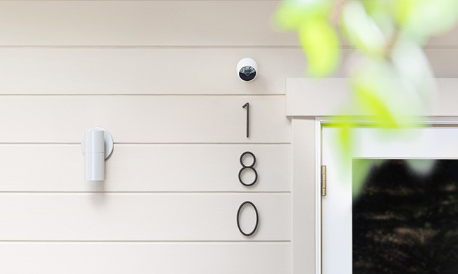 La videocamera Logitech Circle 2 per la sorveglianza della casa può essere posizionata sia negli ambienti interni che in quelli esterni, grazie alla sua scocca waterproof