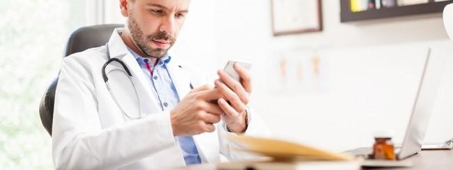 Medico e smartphone