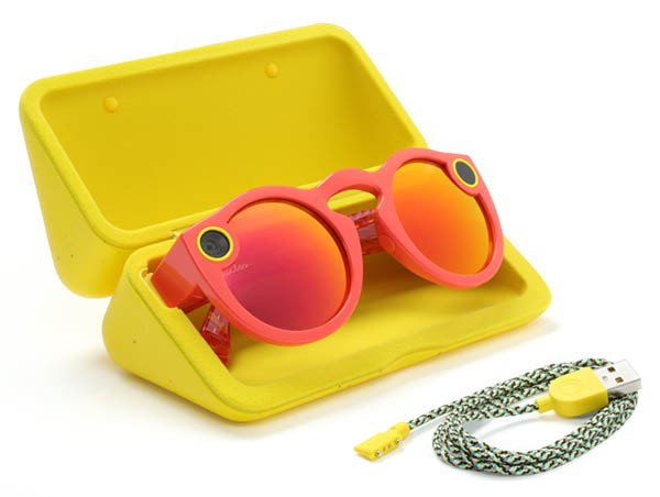 Un paio di Spectacles, un ricarica batterie, un cavo per il carica batterie, un panno per pulirli, una guida.