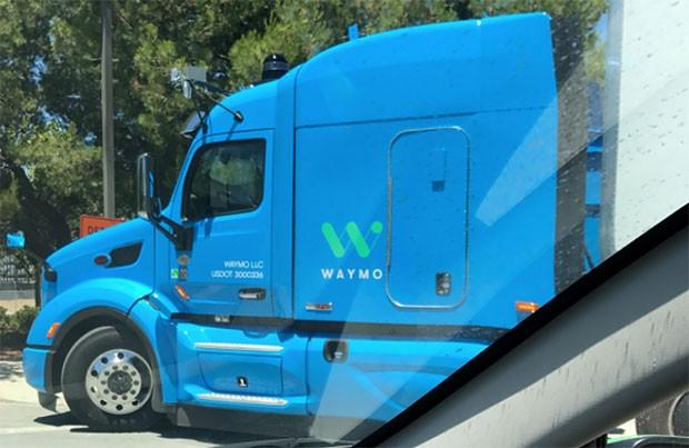 La motrice del camion a guida autonoma equipaggiato con la tecnologia di Waymo, attualmente in fase di test