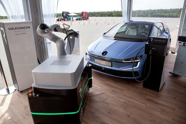Volkswagen, le auto si ricaricheranno con i robot