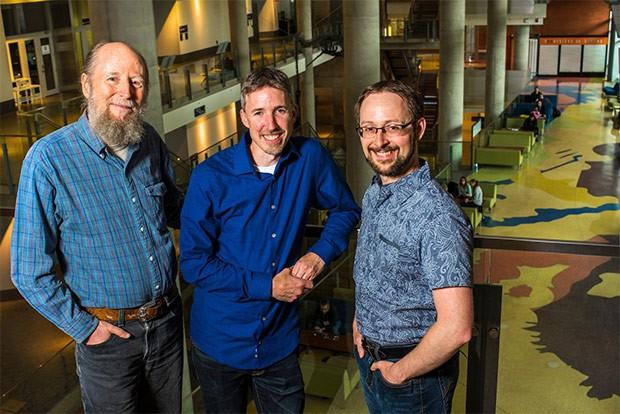 Richard Sutton, Michael Bowling e Patrick Pilarski (da sinistra a destra), ricercatori nell'ambito dell'IA e docenti alla University of Alberta, collaboreranno con DeepMind nel primo centro di ricerca del gruppo al di fuori del Regno Unito, in Canada