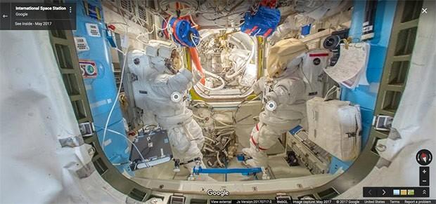 L'area Joint Airlock della ISS con le tute chiamate Extravehicular Mobility Units che i membri dell'equipaggio indossano per le attività al di fuori della Stazione