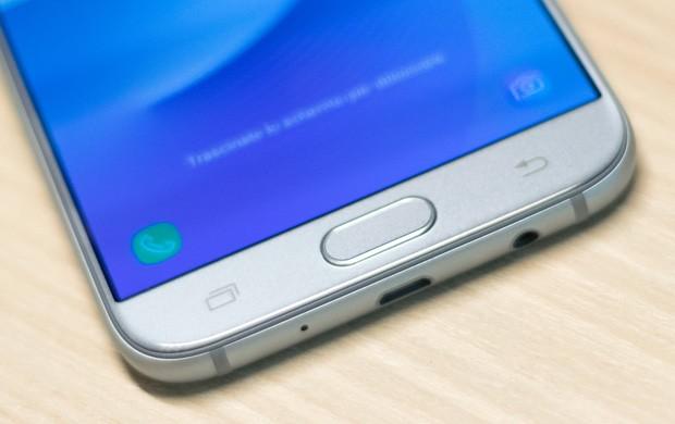 Samsung Galaxy J7 (2017): un dettaglio del design, con il pulsante Home che ospita il lettore di impronte digitali