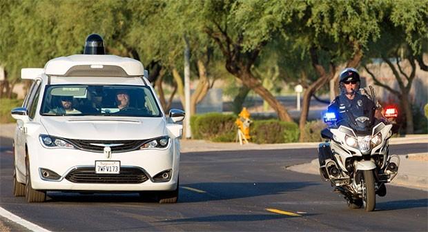 La self-driving di Waymo identifica l'arrivo di una motocicletta della polizia e ne agevola il passaggio, in modo del tutto automatico