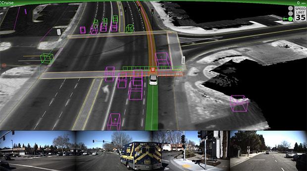 La self-driving di Waymo, ferma a un semafono, non avanza nemmeno all'accendersi della luce verde per favorire il sorpasso di un'ambulanza che sta sopraggiungendo