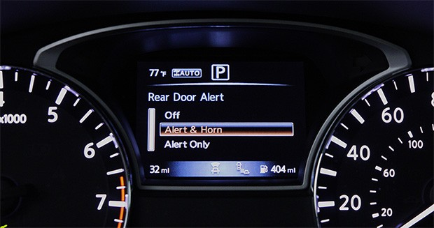 La tecnologia Rear Door Alert di Nissan, integrata sul modello 2018 di Pathfinder: il messaggio visualizzato sul cruscotto