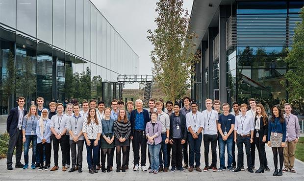 I ragazzi del Dyson Institute of Engineering and Technology con il fondatore James Dyson