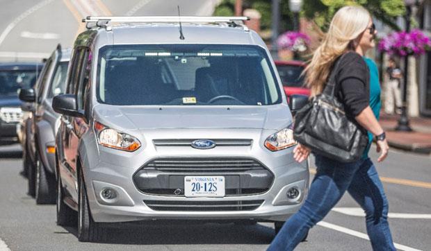 L'esperimento di Ford: implementare una barra luminosa su una self-driving car (in realtà a bordo era presente un guidatore, nascosto all'interno del sedile) per comunicare con i pedoni e con gli altri veicoli