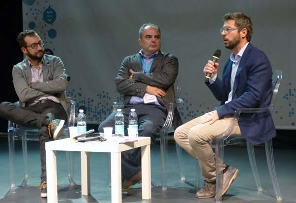 """Internet Festival 2017. Da sinistra, Simone Cosimi, Giovanni Ziccardl e Alberto Rossetti, al teatro Sant'Andrea di Pisa per parlare del libro """"Nasci, cresci e posta"""" (Città nuova)."""