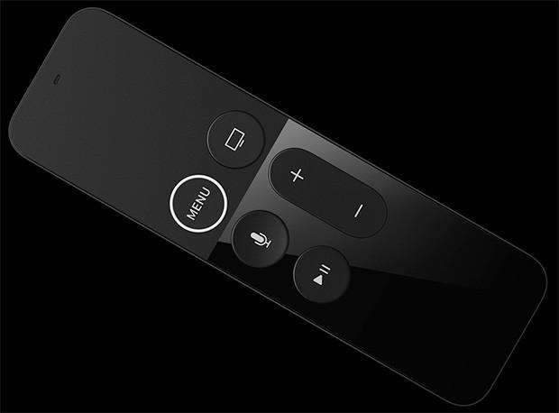 Il design del telecomando fornito in dotazione, con microfono integrato per l'interazione mediante comandi vocali