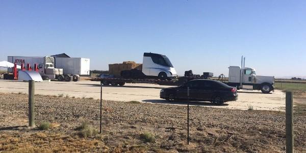 Tesla Semi, il camion elettrico appare in foto