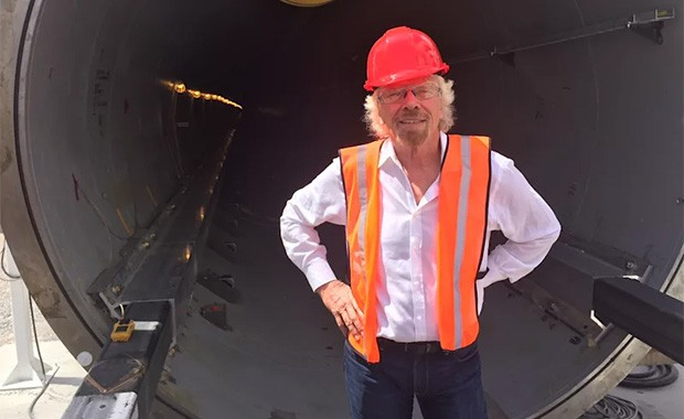 Richard Branson (Virgin) davanti a un tunnel del progetto Hyperloop One